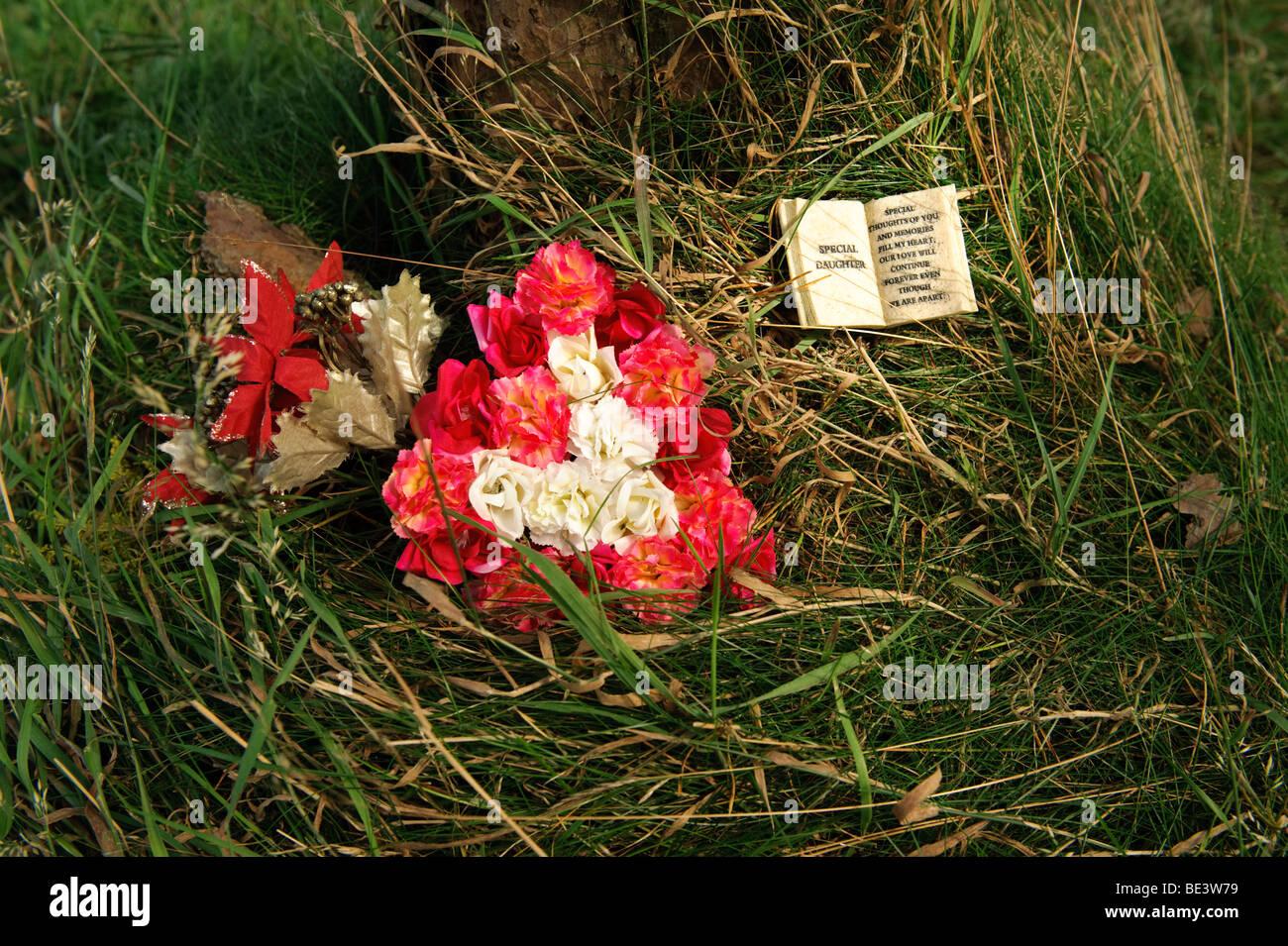 Anordnung der Blumen auf dem Boden hinterließ als florale Tribut einer toten Tochter, UK Stockbild