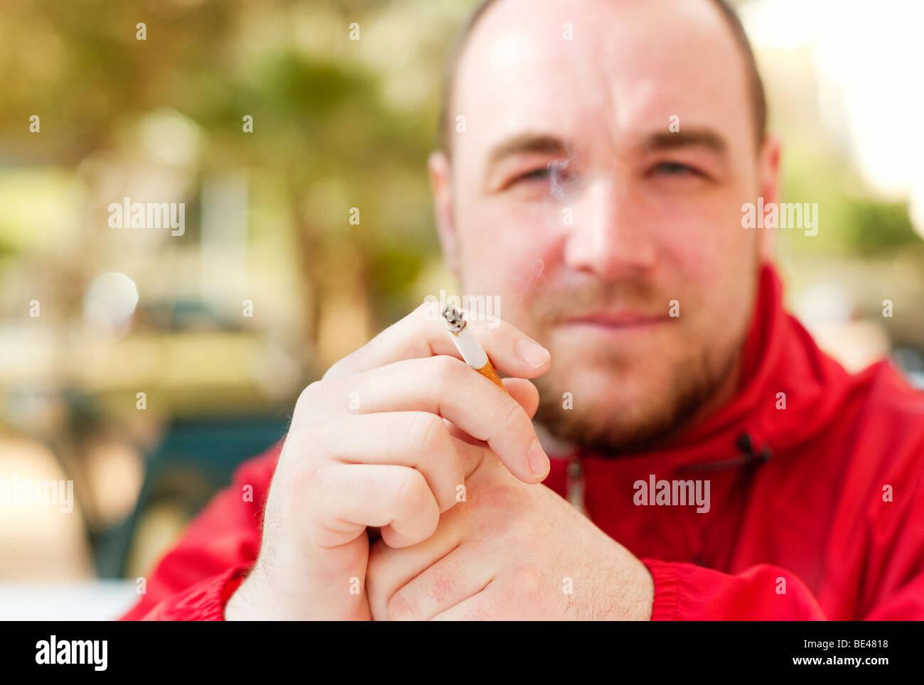 Mann Rauchen Stockbild