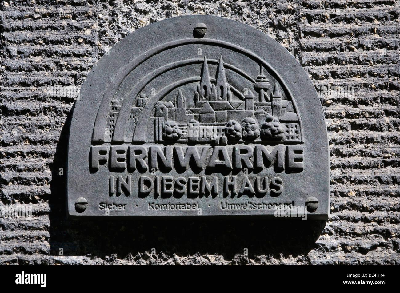 Plakette mit der Skyline der Stadt Köln, Fernwärme in dieses Haus sicher, komfortabel, umweltfreundlich Stockbild