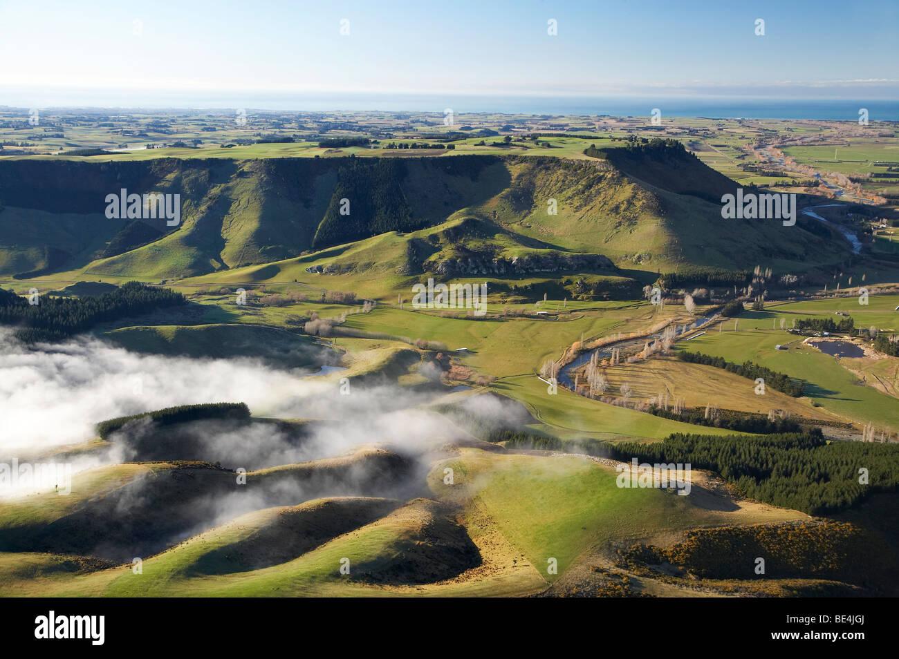 Misty Farmland und Mt Horrible, in der Nähe von Timaru, South Canterbury, Südinsel, Neuseeland - Antenne Stockbild