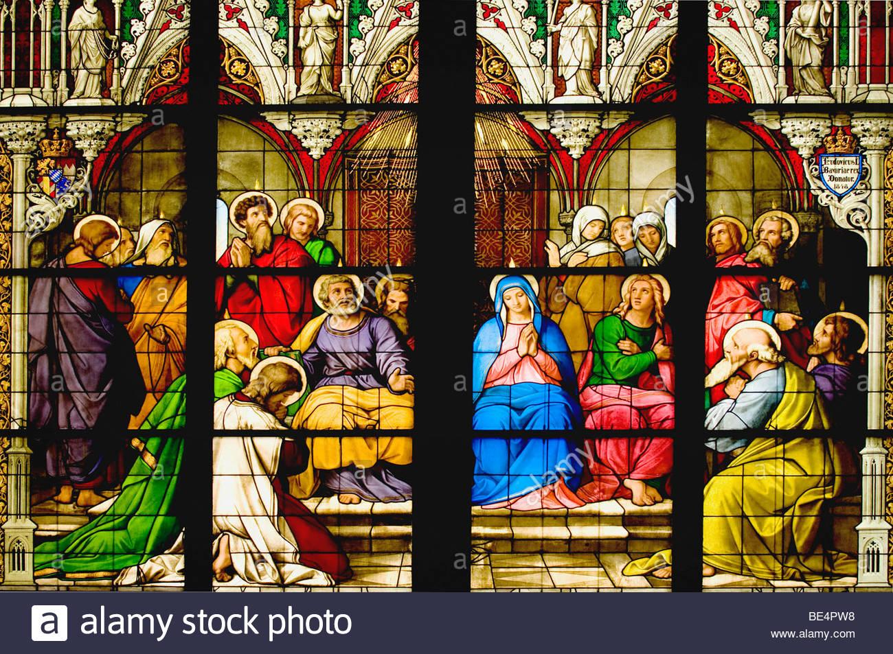 Glasmalereien im Kölner Dom aus dem Jahr 1848, zentralen Teil des Fensters Pfingsten, der Heilige Geist kommt Stockbild