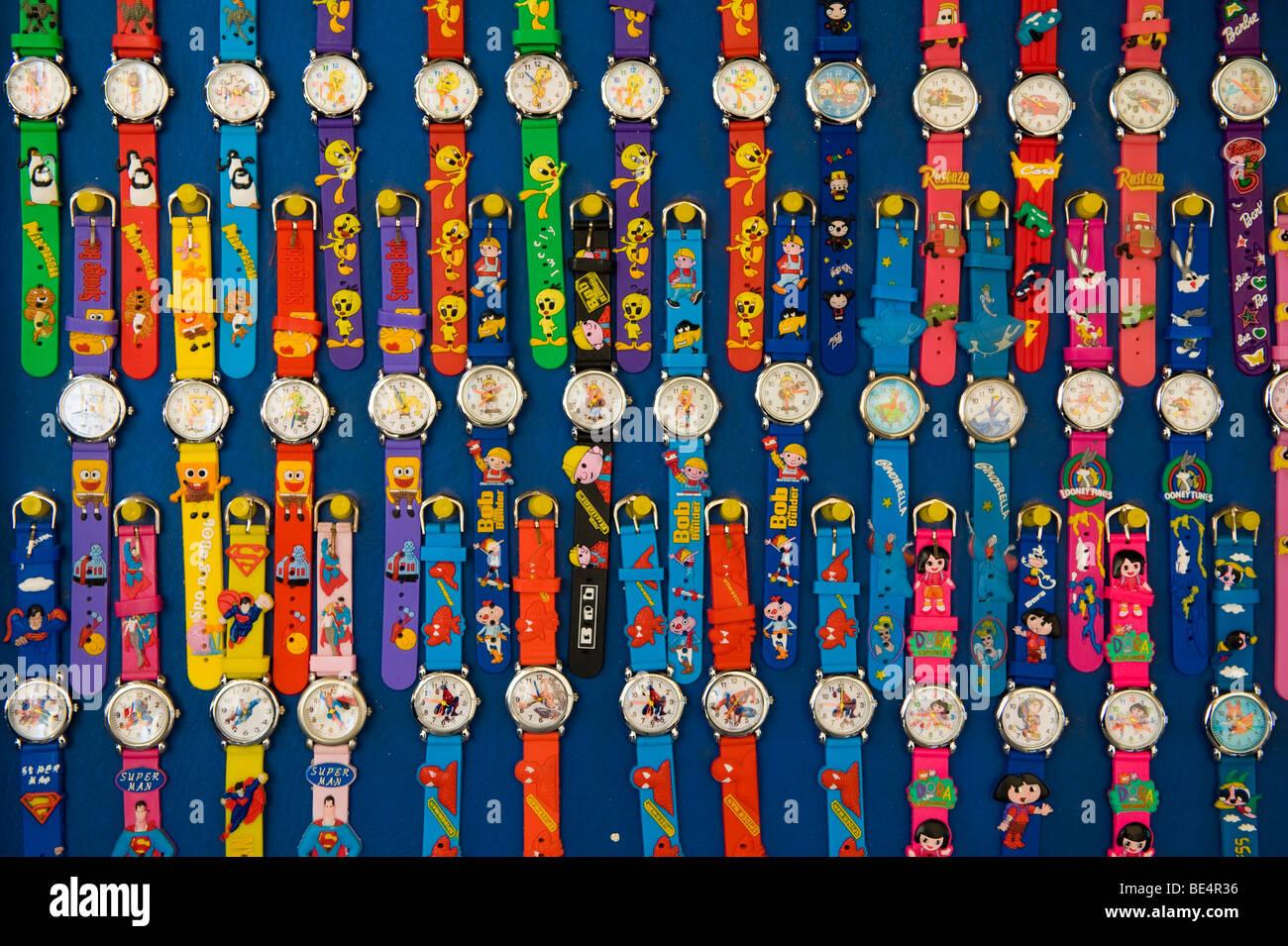 Bild von Cartoon Charakter Armbanduhren auf dem display Stockbild