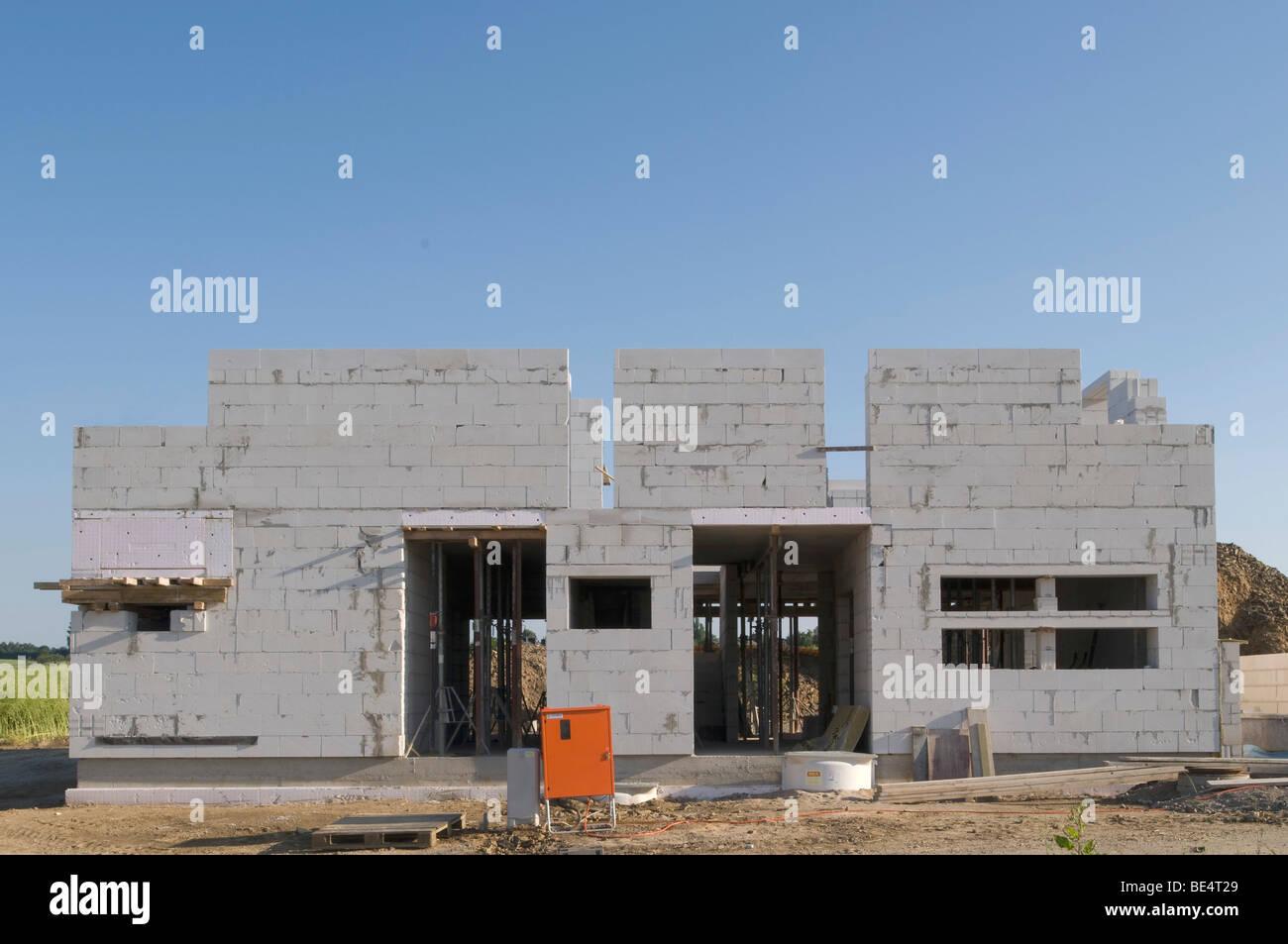 Rohbau, Baustelle, Wohngebäude mit Tragsäulen für die Erdgeschoss Bodenplatte Stockbild