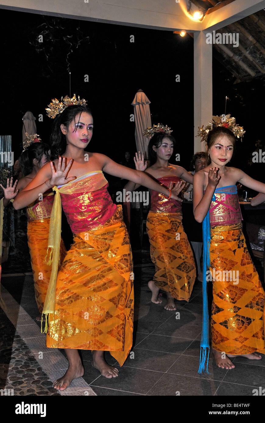Balinesische Mädchen tanzen während Abendessen, Amed, Bali, Indonesien, Südostasien Stockbild