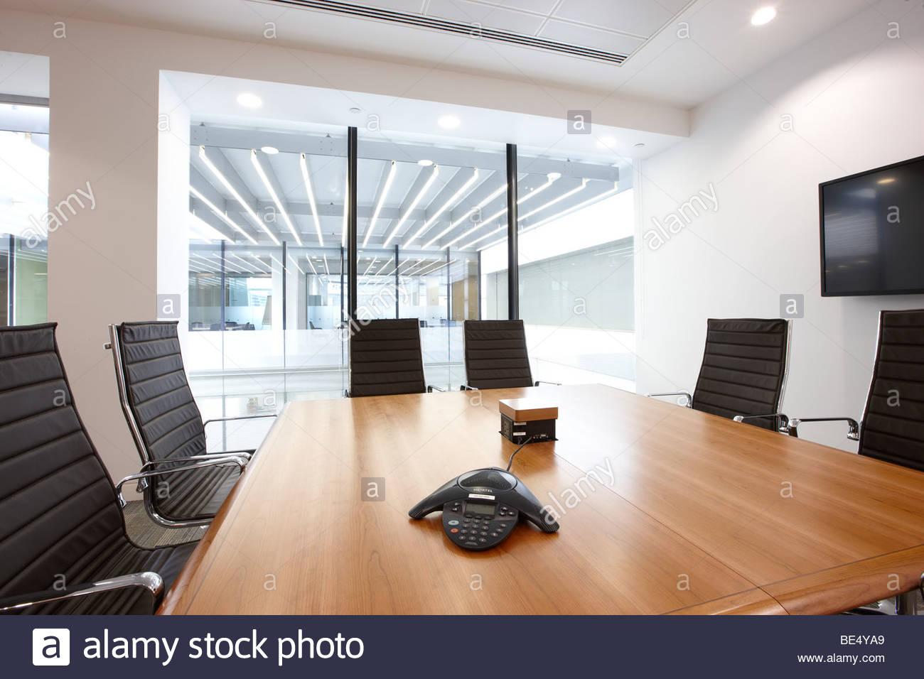 Executive-Konferenz Zimmer schwarz Leder Stühle Glas Holz Schreibtisch Stadt london Stockbild