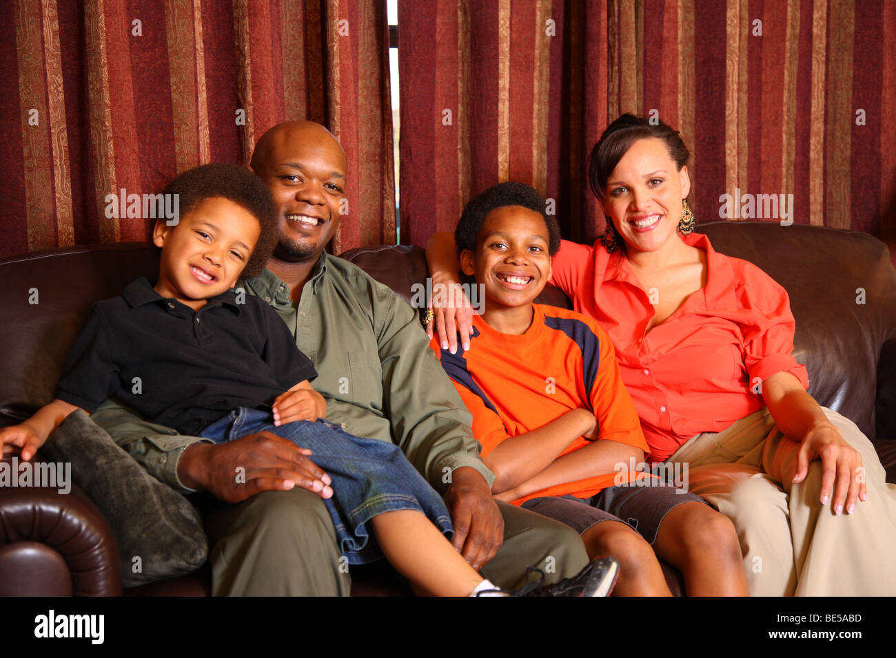 Familienfoto auf couch Stockbild