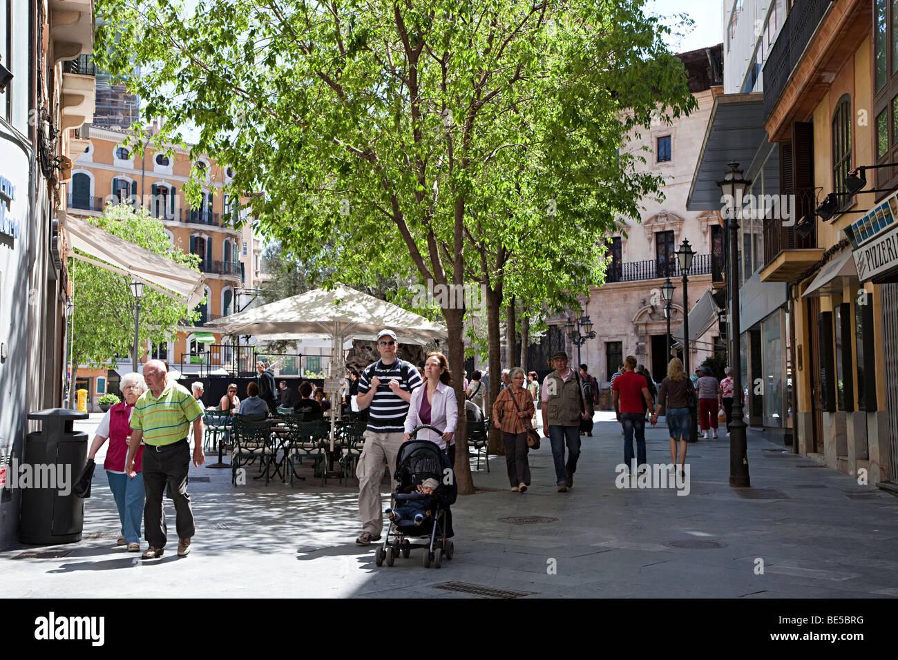 Menschen Zu Fuss In Die Einkaufsstrasse Mit Paar Schieben Kinderwagen Palma Mallorca Spanien Stockfotografie Alamy