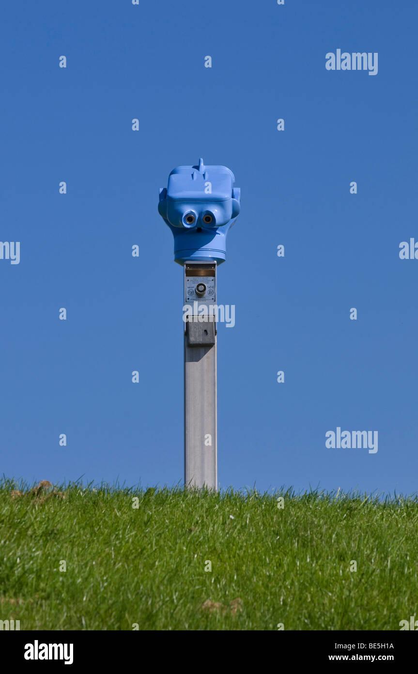 Blaue Münze-Teleskop, Zuge auf Rasen Rasen vor blauem Himmel Stockbild