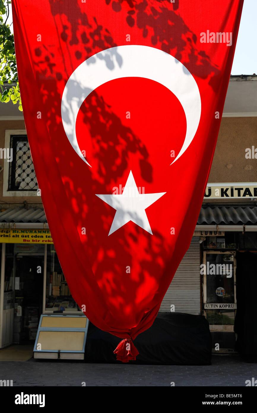 Große türkische Fahne aufgehängt zwischen den Bäumen, buchen-Basar, Beyazit-Platz, Istanbul, Stockbild