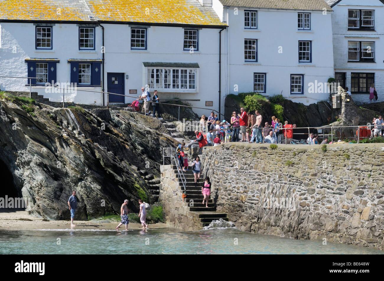 Touristen, die entspannende Polperro Hafen, Cornwall, UK Stockbild