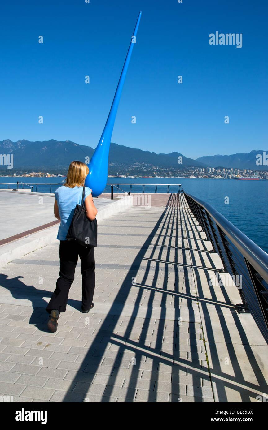 Tropfen, 20-Meter-Skulptur auf Vancouvers Innenhafen von Berliner Künstlergruppe Inges Idee Regen Thema Stockbild