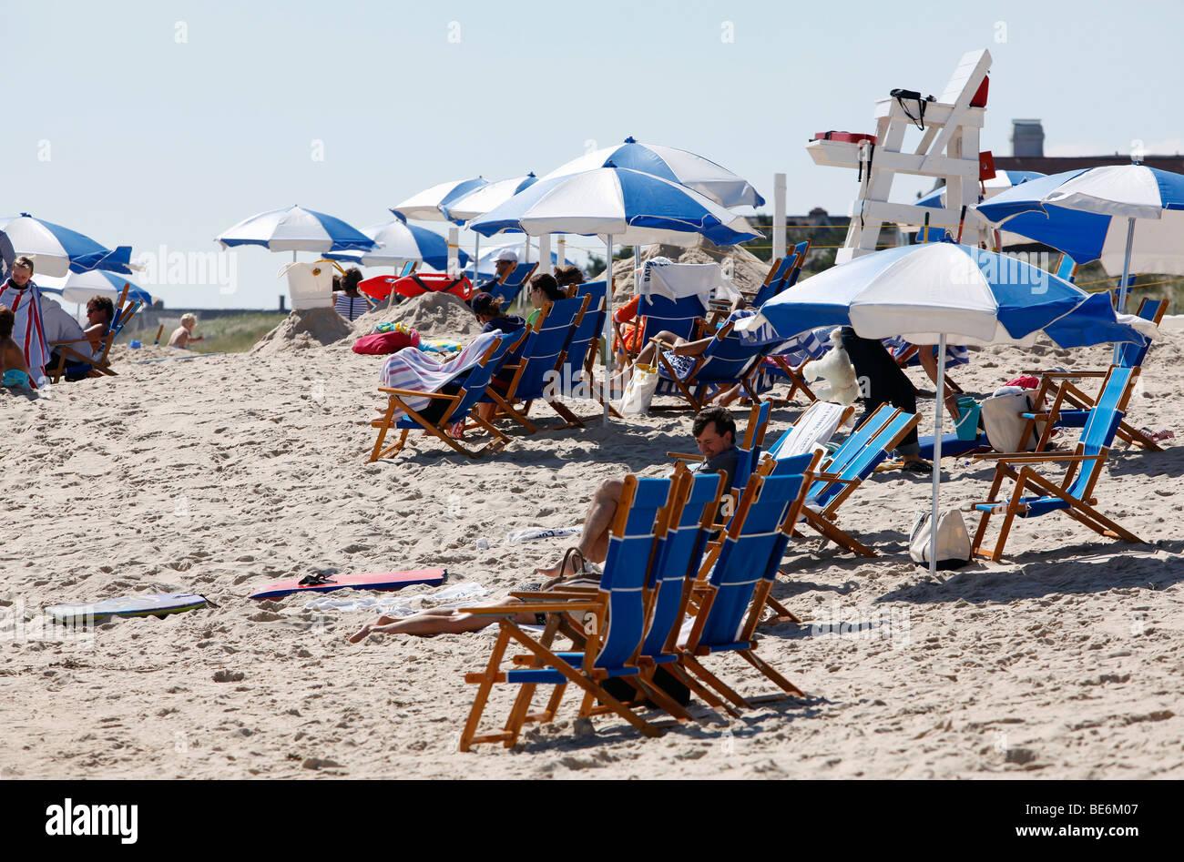 Menschen am Strand Sonnenschirme, Southhampton, New York Stockbild