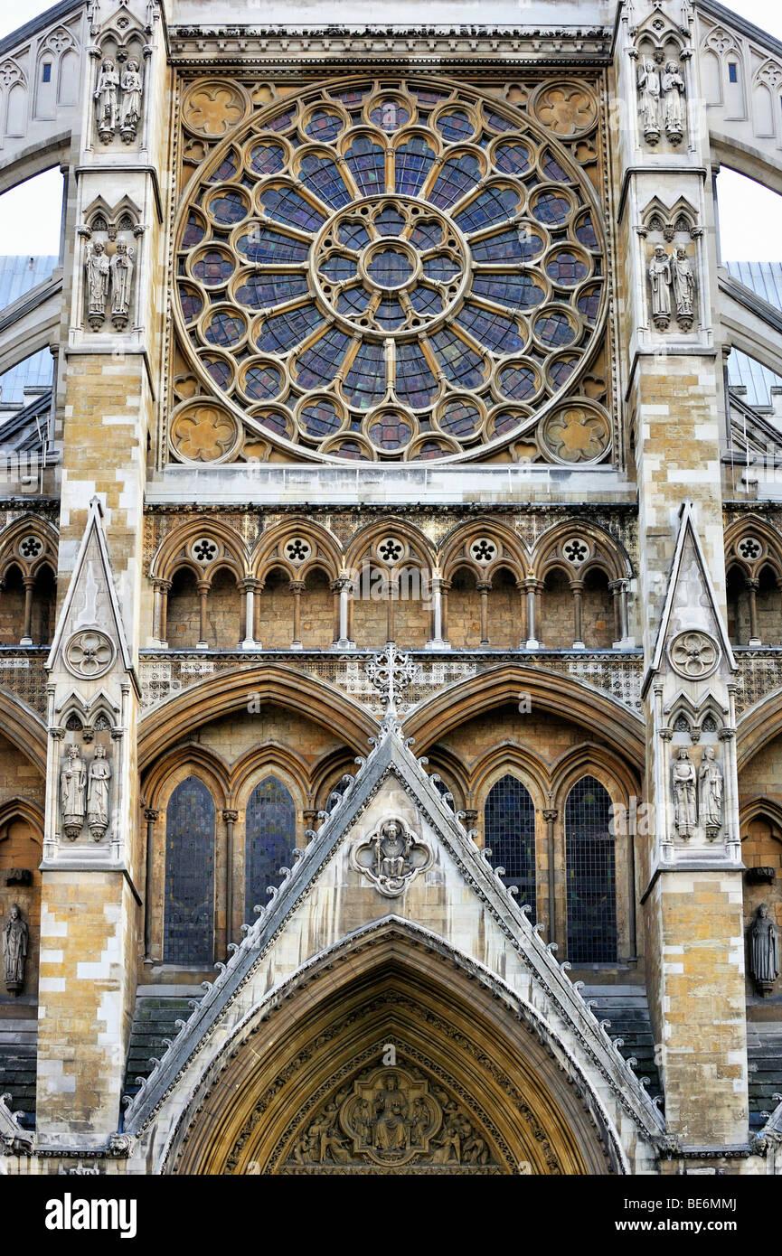 Westminster Abbey, Detailansicht des nördlichen Querschiffs mit Rosette und Portal Bögen, London, England, Stockbild