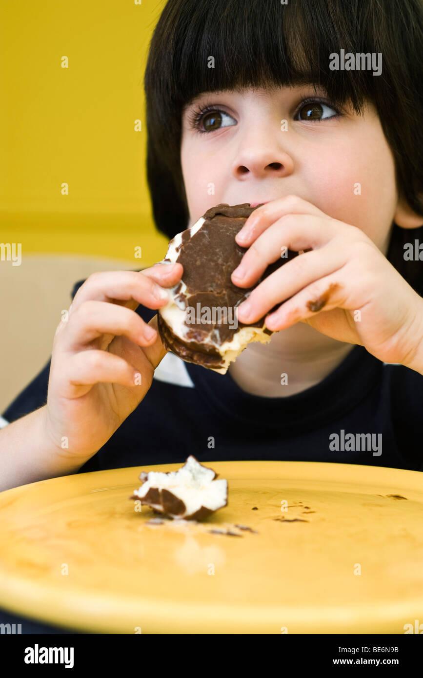 Kleiner Junge Essen chaotisch Eisbar Stockbild