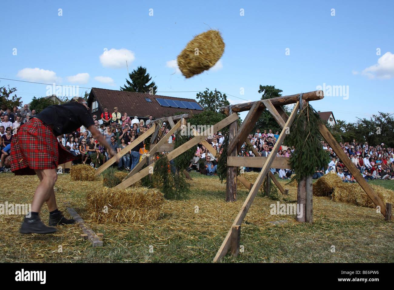 Disziplin Garbe werfen über ein Hindernis, Highland Games in Kreenheinstetten, Landkreis Sigmaringen, Oberschwaben, Stockbild