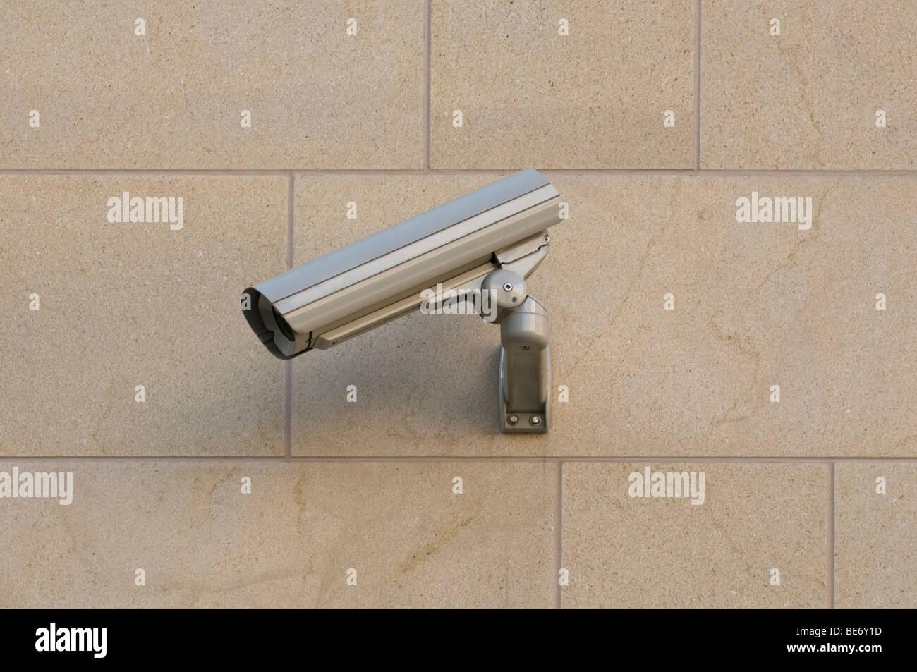 Überwachungskamera auf einer Gebäudefassade Stockbild