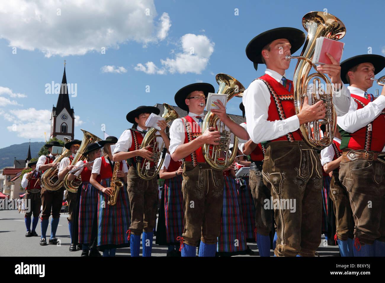 Geben Sie Volksmusik-Band bei der Samson-Parade, Mariapfarr, Lungau, Salzburg, Salzburg, Österreich, Europa Stockbild