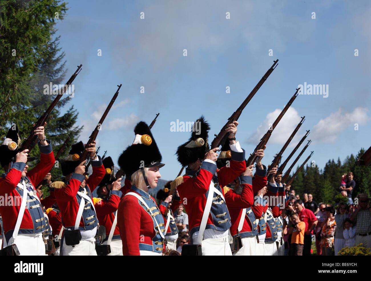 Schützen von St. Michael schießen, bei der Samson-Parade am Mt Katschberg, Lungau, Salzburg, Salzburg, Stockbild