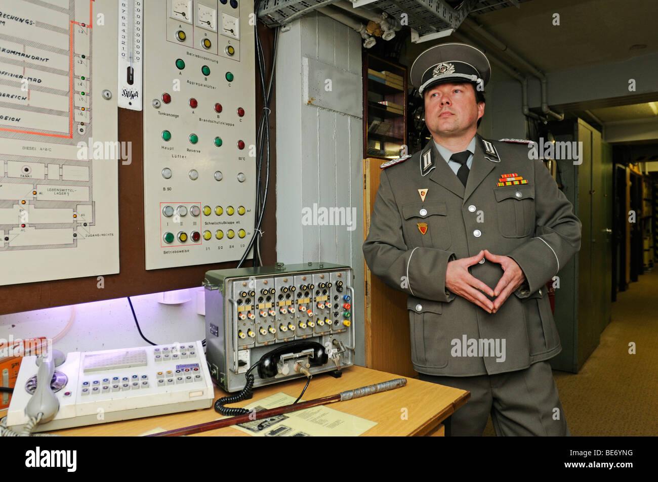 Museumsführer in der Uniform eines Majors des Wachregiments Staatssicherheit, Stasi, Bunkermuseum Museums Frauenwald, Stockbild