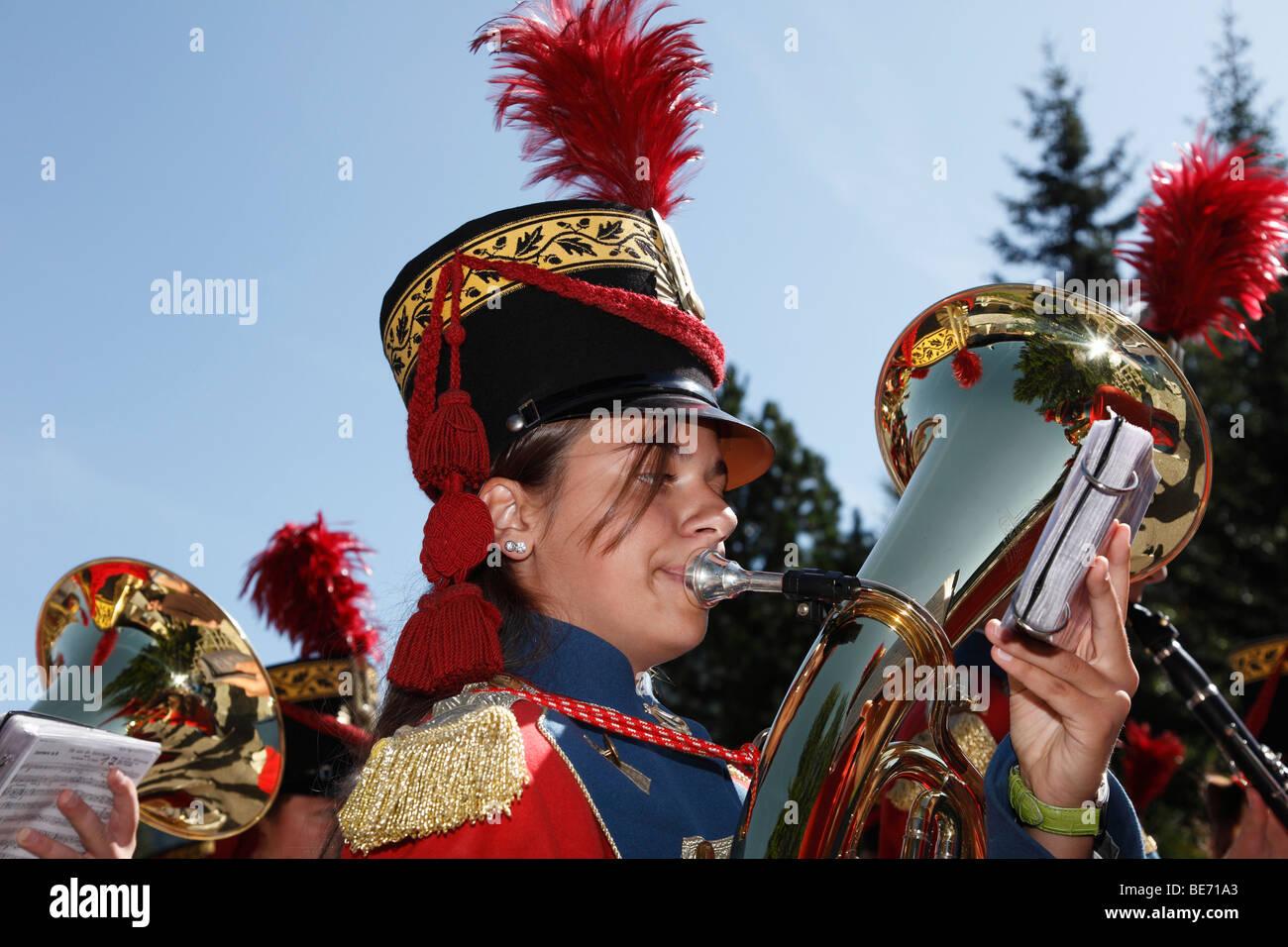 Junge Frau spielt die Tuba, lokale Musikgruppe am Samson Parade, St. Michael, Lungau, Salzburger Land, Salzburg, Stockbild