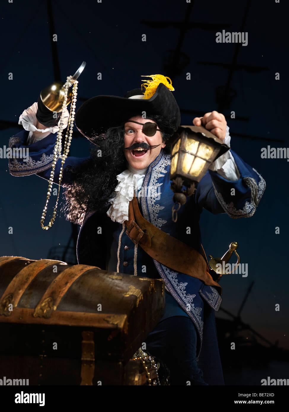 Pirat mit einer Laterne eine Schatzkiste öffnen Stockbild