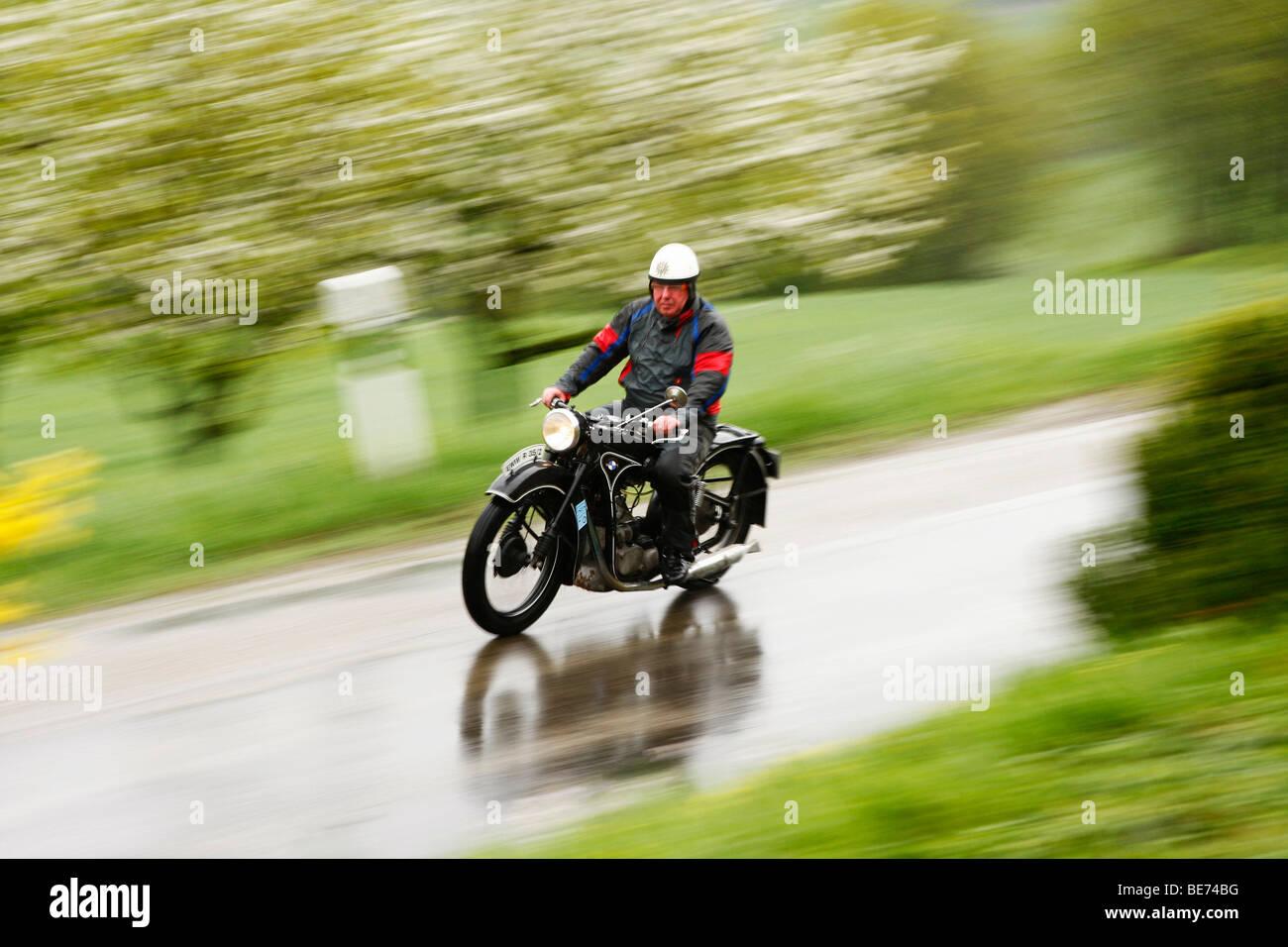 Oldtimer BMW Motorrad im Regen, Rallye Historic 2009 Langenburg, Langenburg, Baden-Württemberg, Deutschland, Stockbild