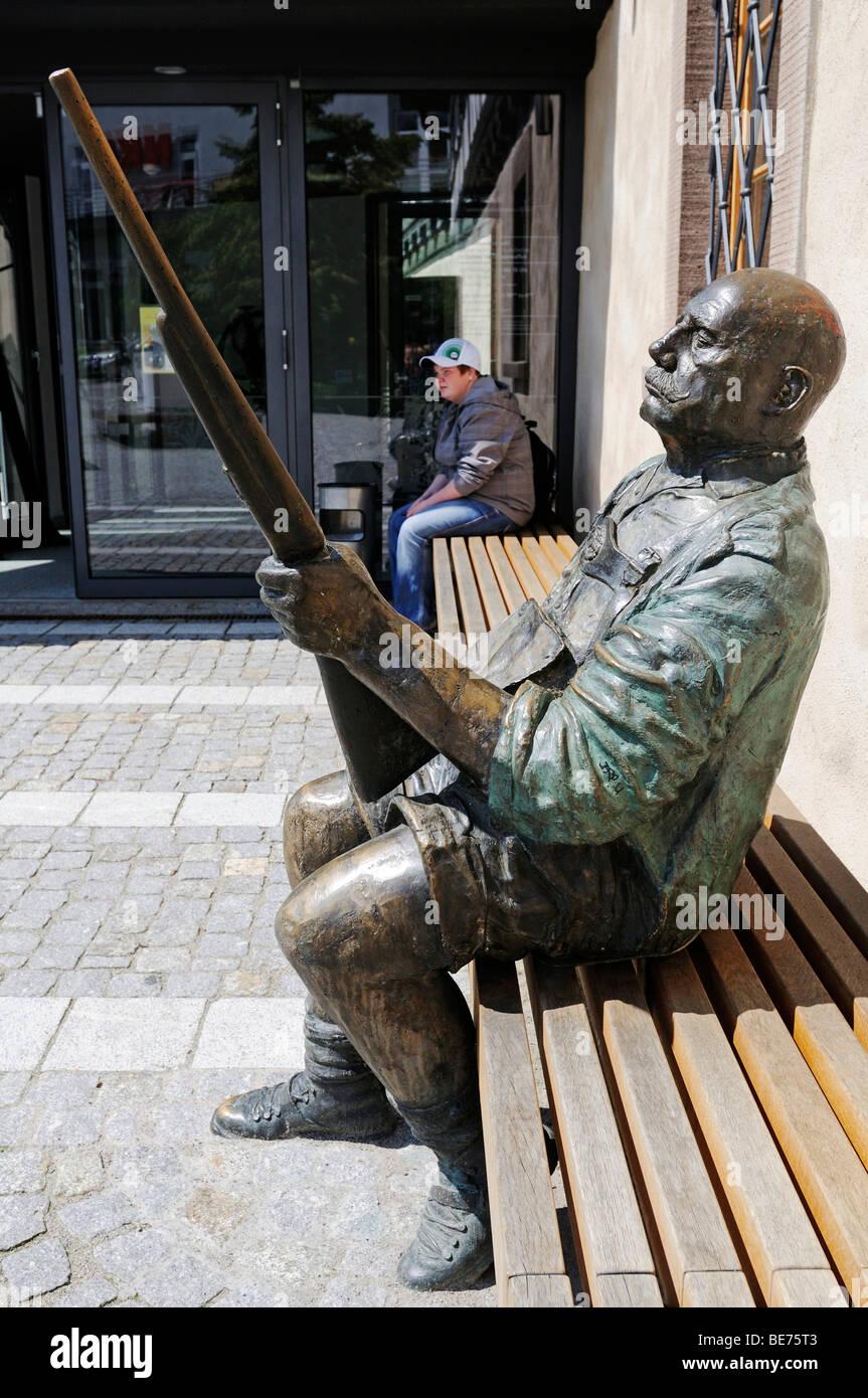 Skulptur eines Mannes mit Gewehr vor Waffen des Waffenmuseum, Museum, Suhl, Thüringen, Deutschland, Europa Stockbild
