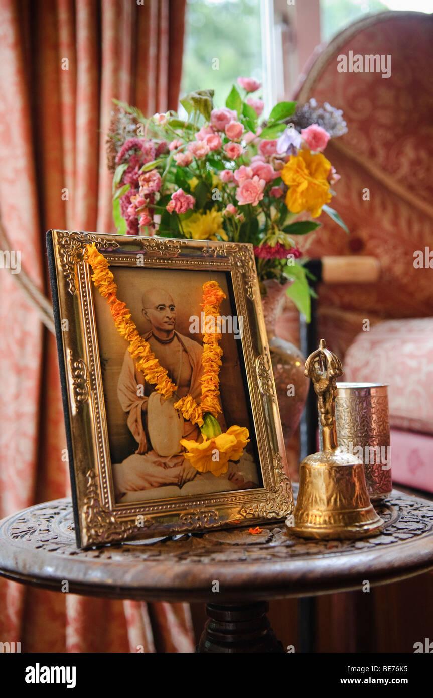 Bild von einem Hare-Krishna-Anhänger in einem Messing-Bilderrahmen ...