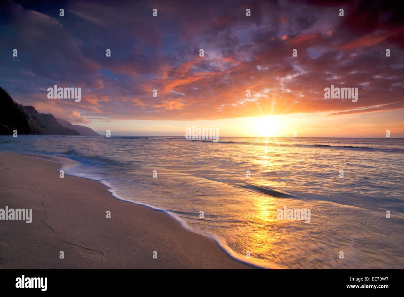 Sonnenuntergang am Kee Beach. Kauai, Hawaii Stockbild