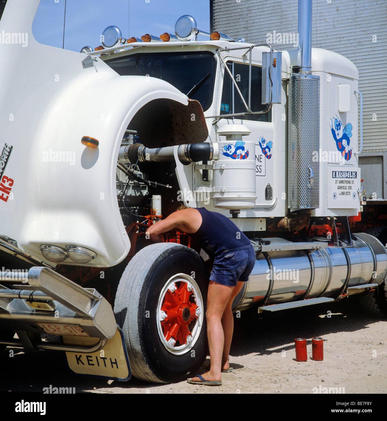 Fahrer, die Reparatur von Dynamo Generator auf LKW - usa Stockbild