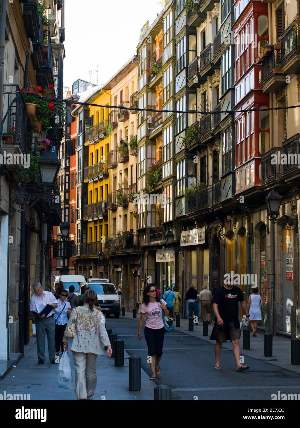 Eine Straße Szene vom Bezirk Casco Viejo (Altstadt) von Bilbao, Spanien. Stockbild