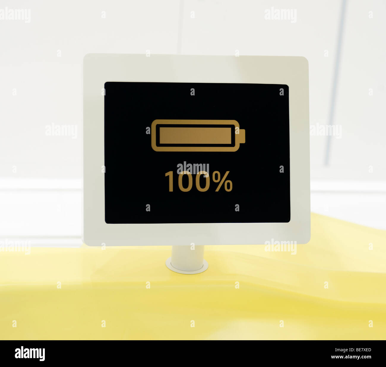 Detail der Bildschirm, elektrische Autobatterie hat zu 100 % auf Volkswagen-Stand auf der IAA 2009 aufgeladen Stockbild