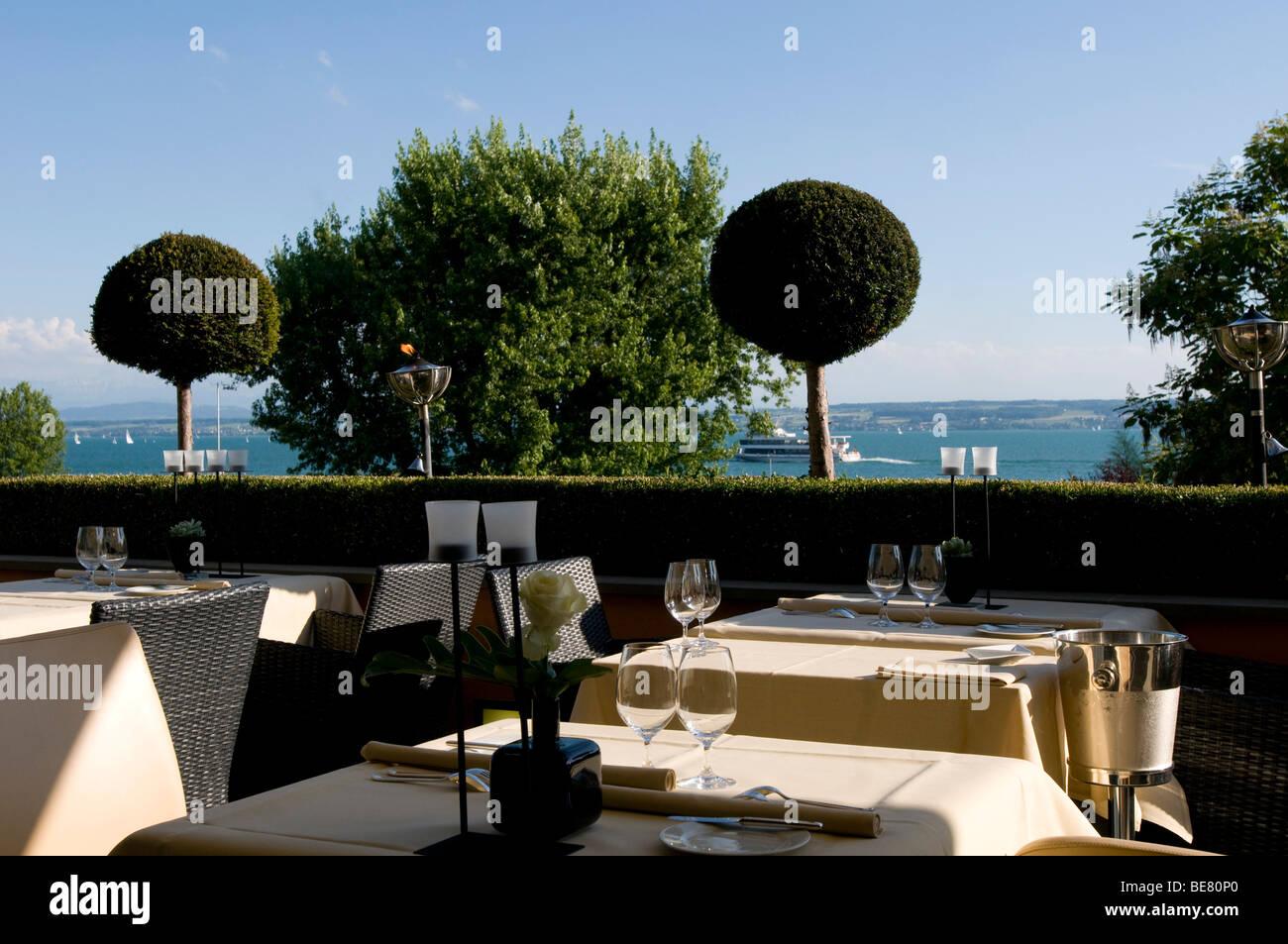 Tische auf der Terrasse mit Blick auf den See im Restaurant Casala gedeckt sind, Hotel Residenz am See, Meersburg, Stockbild