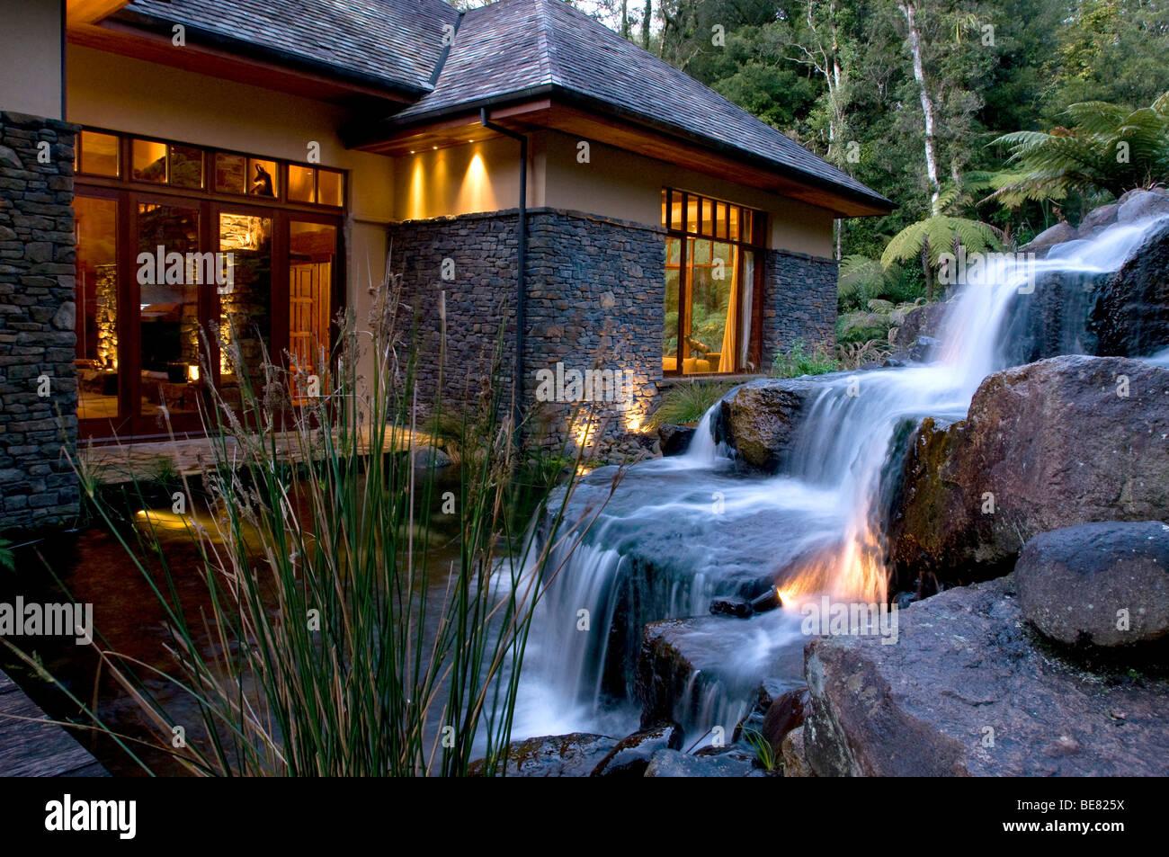 Ein kleiner Wasserfall im Garten der Treetops Lodge, North Island, Neuseeland, Ozeanien Stockbild
