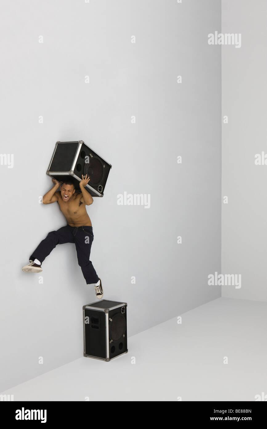 Mann springt aus der Barsch auf Lautsprecher zweiten Redner auf Schultern tragen Stockbild