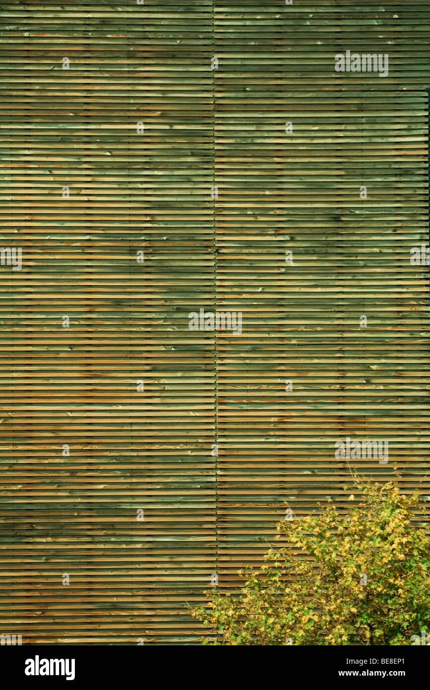 Holzverkleidung des Gebäudes nach außen, vollen Rahmen Stockbild