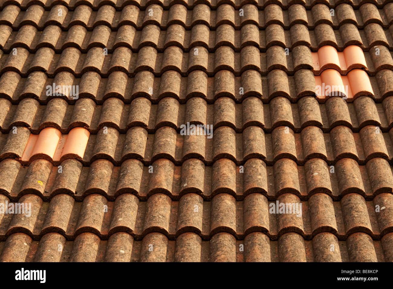 Ersatz-Fliesen auf Dach Stockfoto