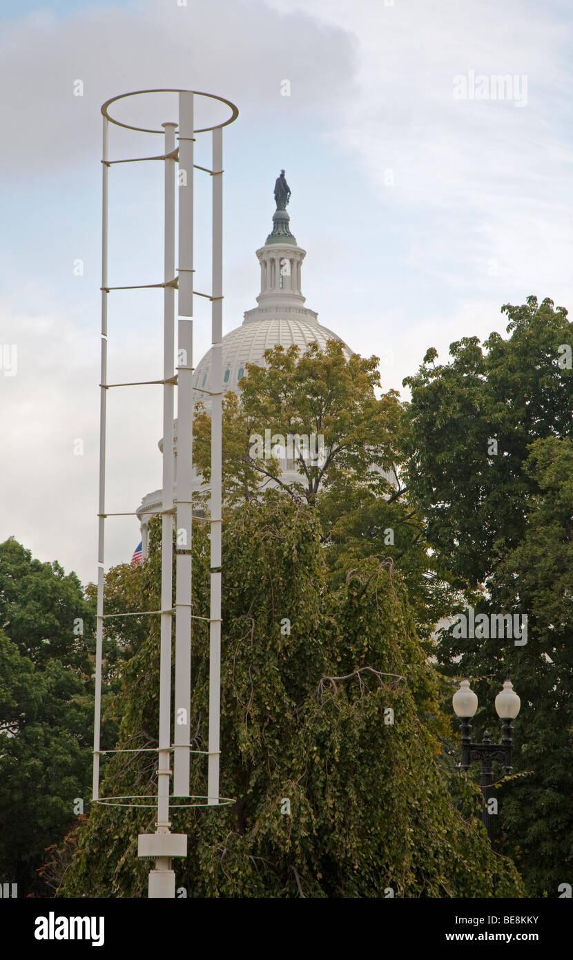 Windspire-Windenergieanlage in der Nähe von U.S. Capitol Stockbild