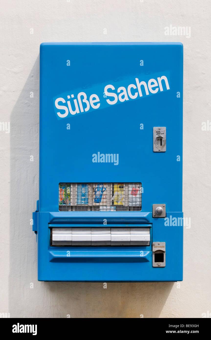 Blaue Bonbonmaschine mit Schubladen, das Produkt zu entfernen, beschriftete Suesse Sachen, Deutsch für Sweet Stockbild