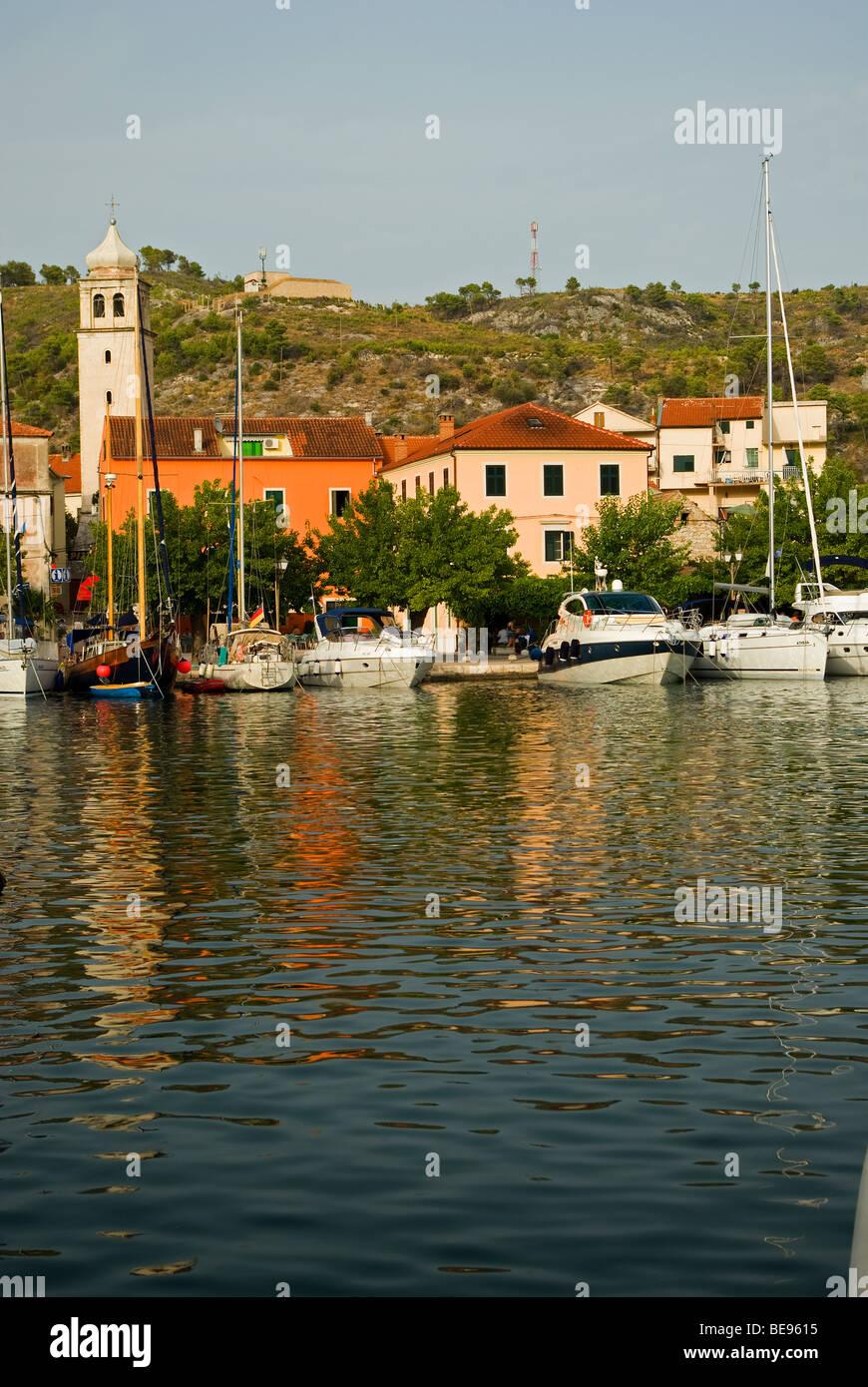 Kroatien; Hrvartska; Fernsehreihe; ?ibenik-Knin, Skradin, Yachten Liegeplatz am Ufer der malerischen Altstadt Stockbild