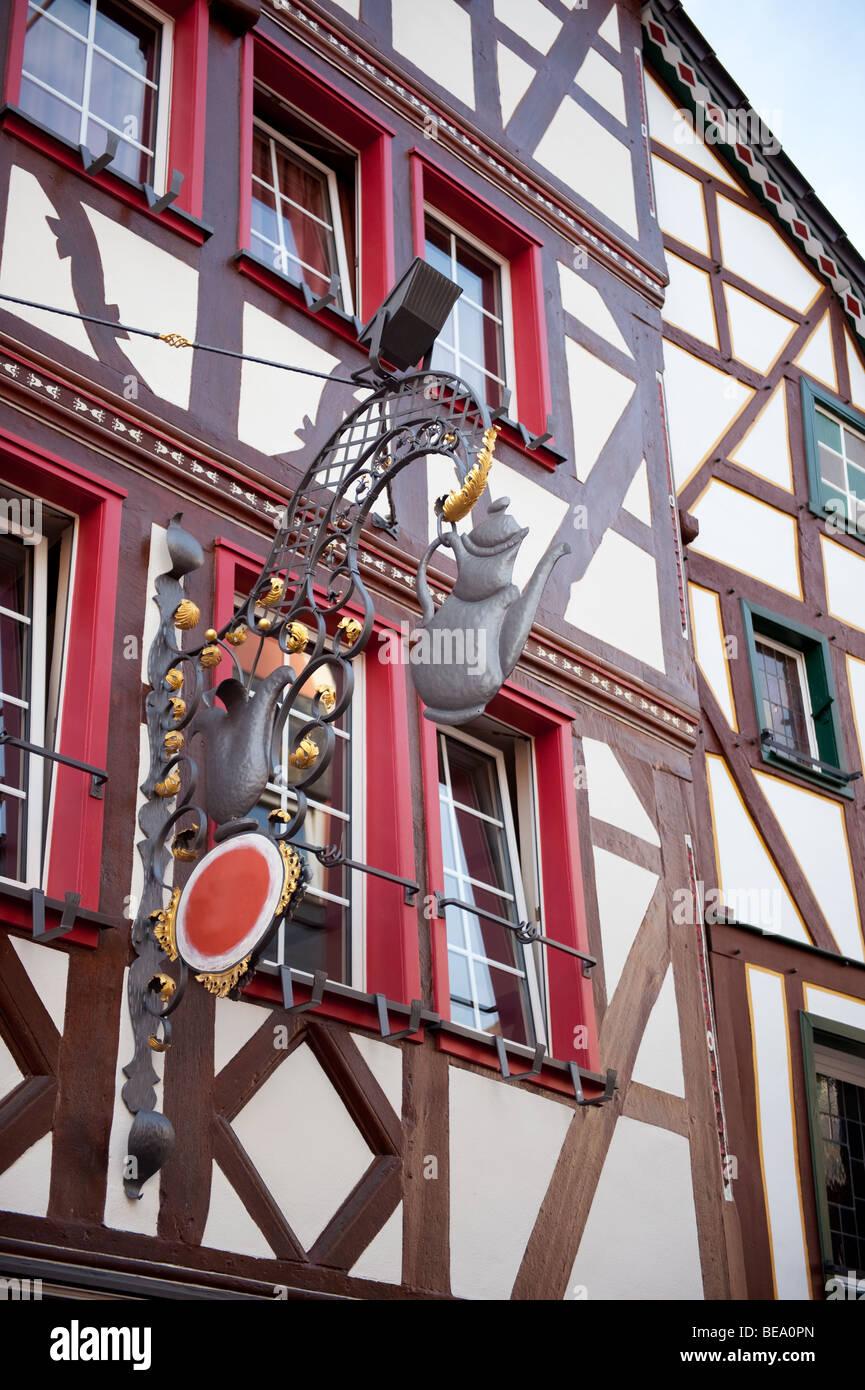 Rahmung Holzhaus mit Restaurant Schild in Ahrweiler Deutschland ...