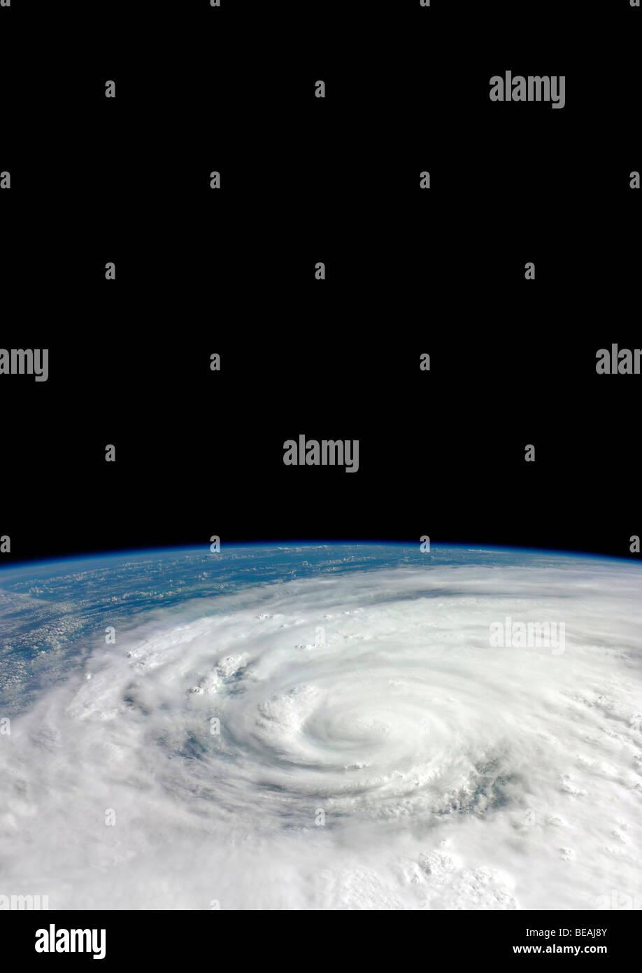 Die internationale Raumstation ISS mit Erde und Atmosphäre jenseits. Optimierte Version von ein Originalbild Stockbild