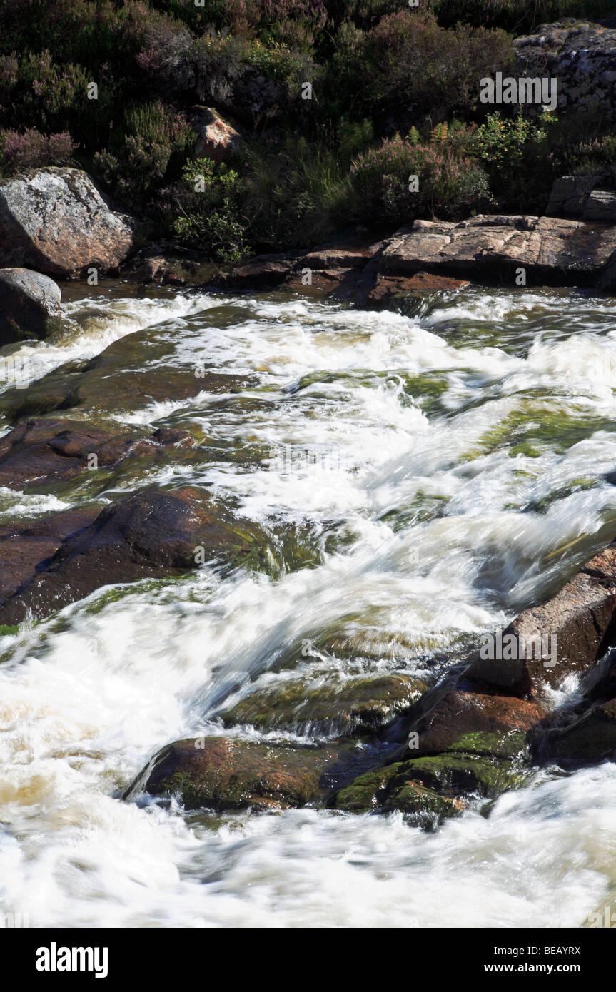 Klein fällt über die Felsen in den schnell fließenden Callater brennen, in der Nähe von Braemar, Stockbild
