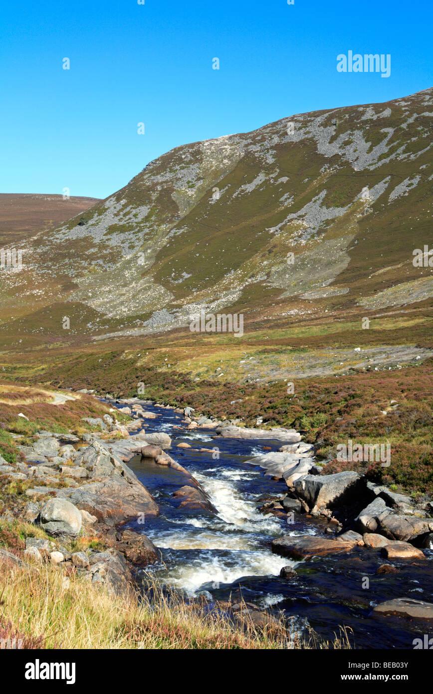 Schnell fließende Callater brennen, in der Nähe von Braemar, Aberdeenshire, Vereinigtes Königreich. Stockbild