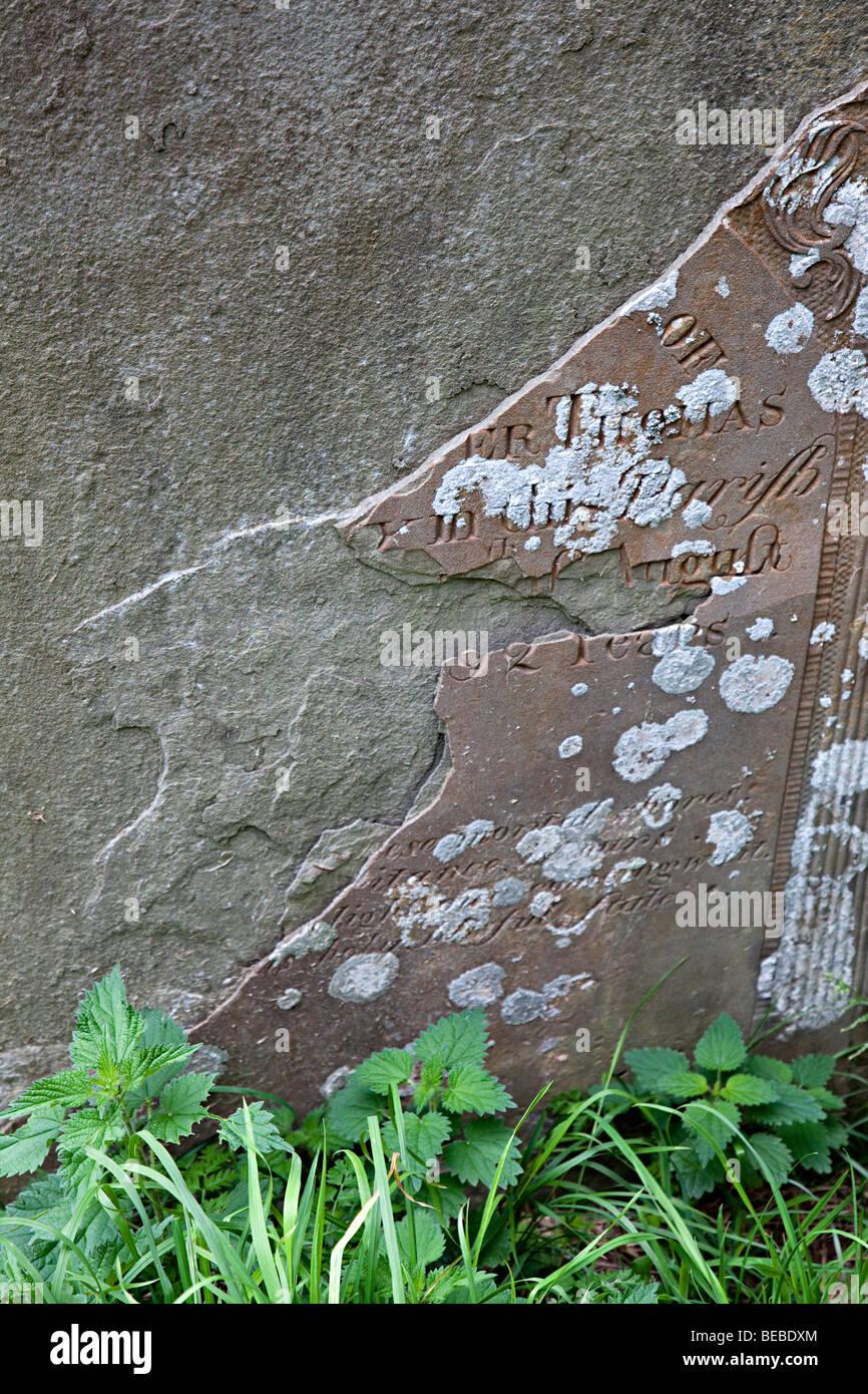 Verwitterter Grabstein und Schuppen mit verlorene Inschrift Wales UK Stockbild