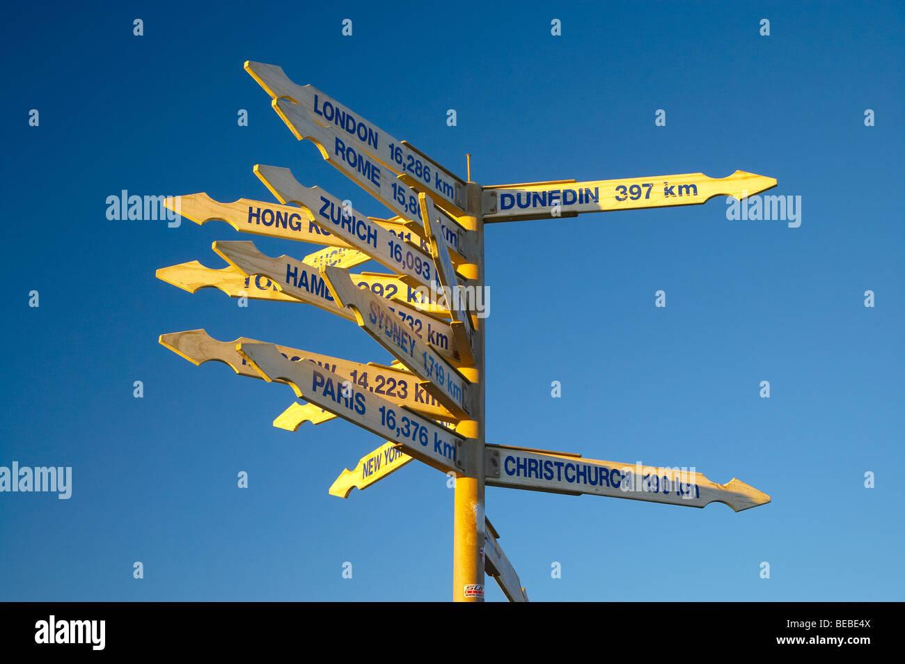 Entfernung und Richtungszeichen, Cape Foulwind, in der Nähe von Westport, West Coast, Südinsel, Neuseeland Stockbild