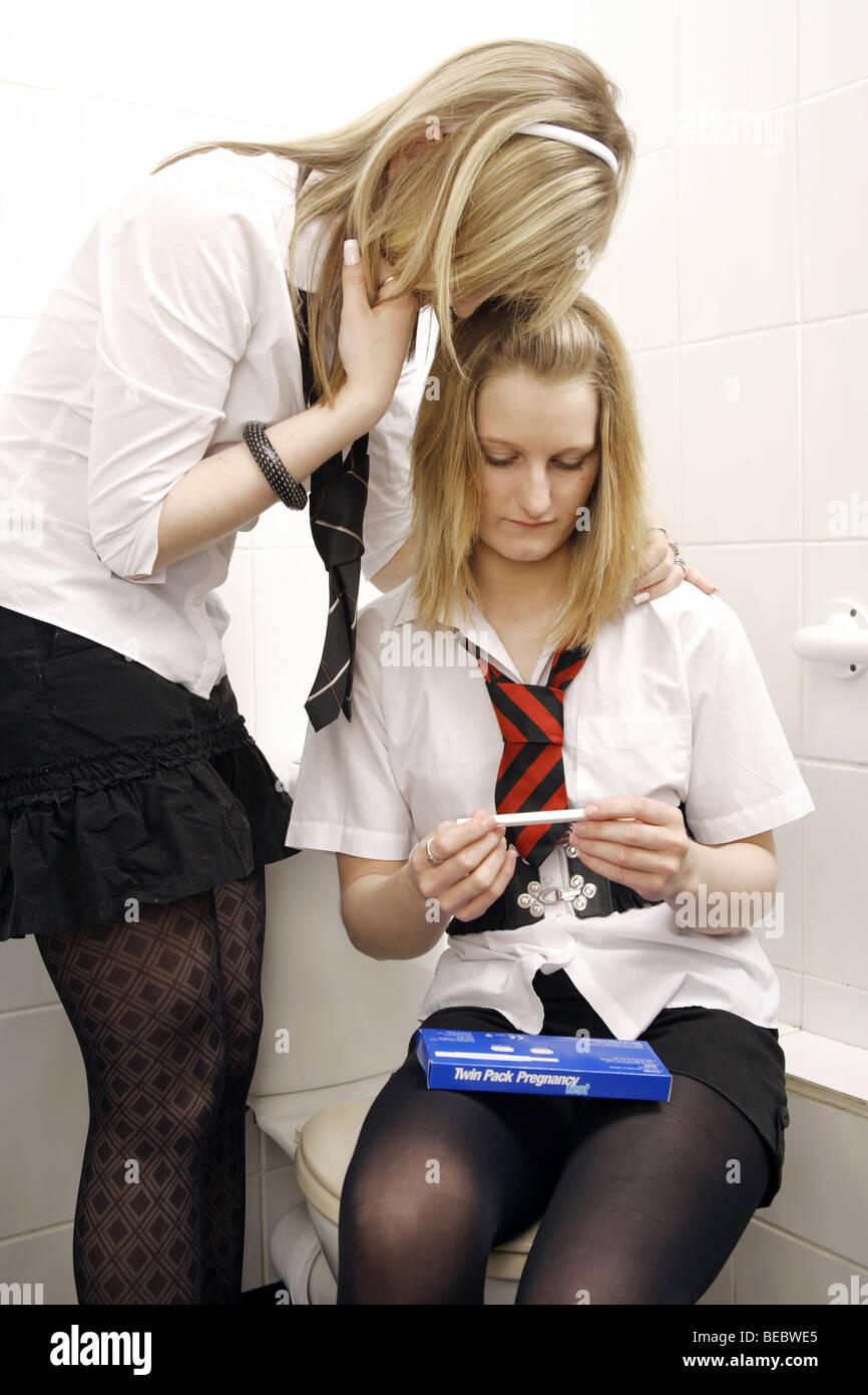 teenager mädchen mit der toilette