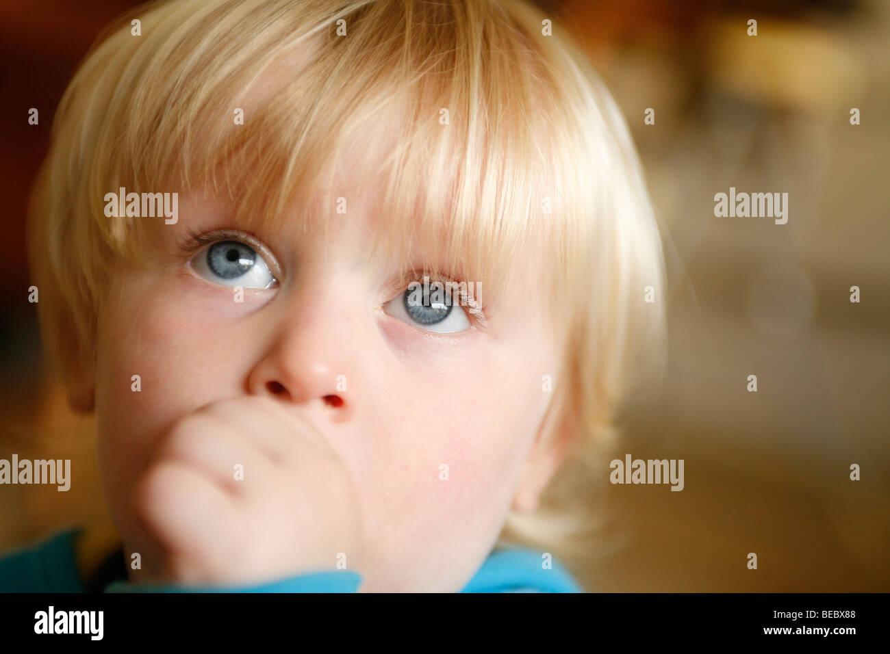 kleiner Junge Saugen Daumen Stockfoto