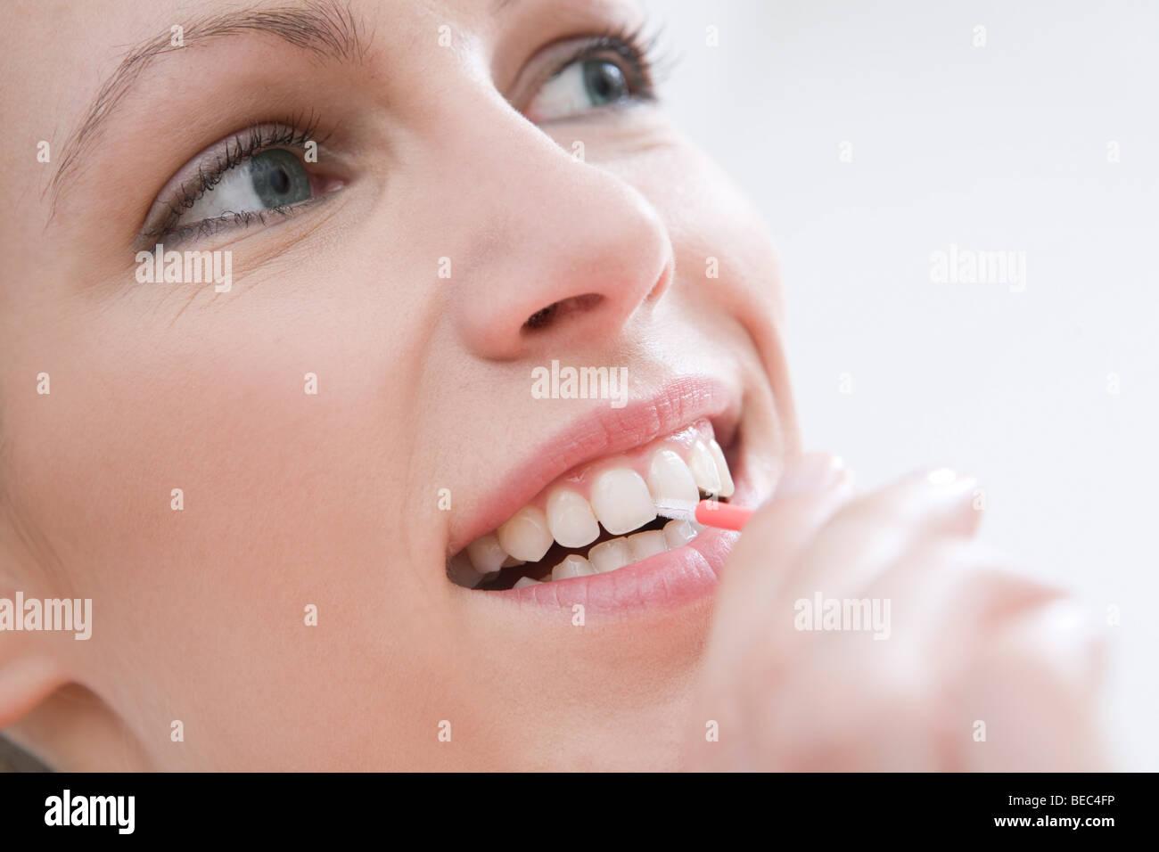 Frau Zahnreinigung mit Interdentalbürste. Stockbild