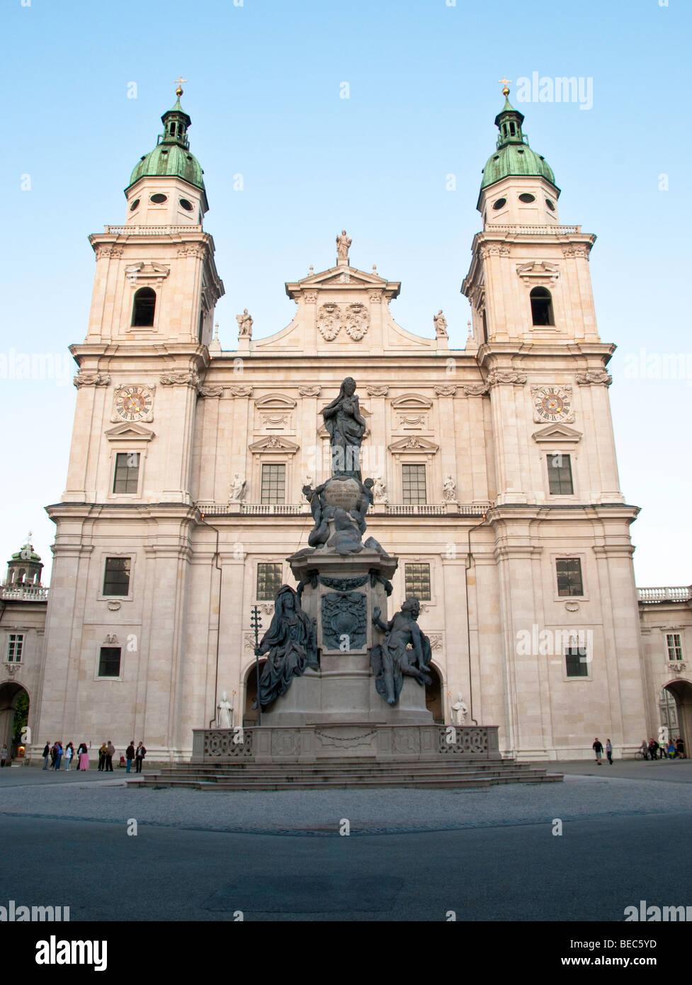 Statue der Madonna in Domplatz Salzburg Österreich mit dem Dom hinter Stockbild